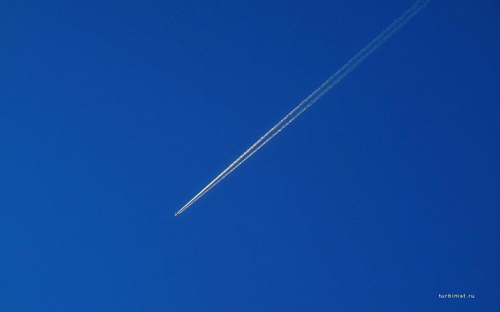 Почему самолеты оставляют белый след в небе?
